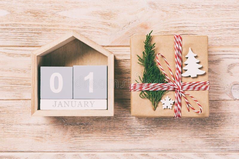 圣诞节日历1月1日 圣诞礼物,在葡萄酒,被定调子的木白色背景的冷杉分支 复制空间,顶视图 免版税图库摄影