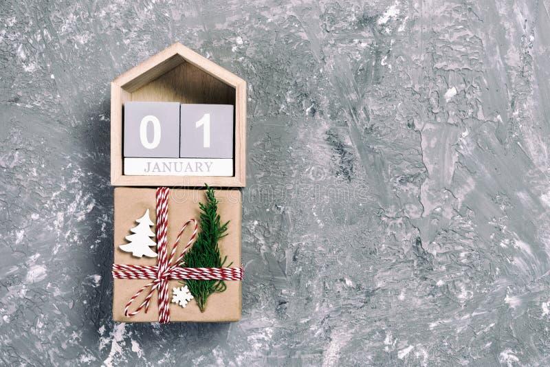 圣诞节日历1月1日 圣诞礼物,在葡萄酒,被定调子的木白色背景的冷杉分支 复制空间,顶视图 图库摄影