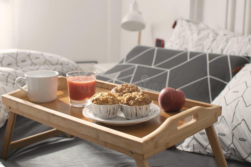 圣诞节早晨,情人节,舒适早晨,酒店房间-早餐在床上 库存照片