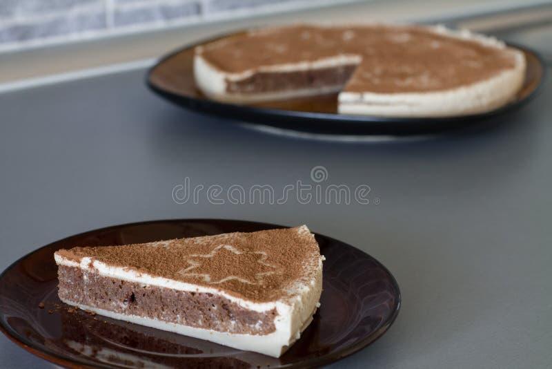 圣诞节早餐点心片断用乳脂状的蛋白牛奶酥 免版税库存图片