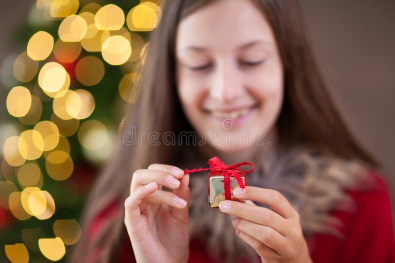 圣诞节时间,有圣诞节礼物的十几岁的女孩 免版税图库摄影