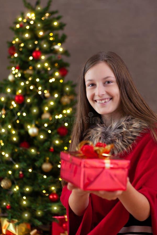 圣诞节时间,有圣诞节礼物的十几岁的女孩 免版税库存照片