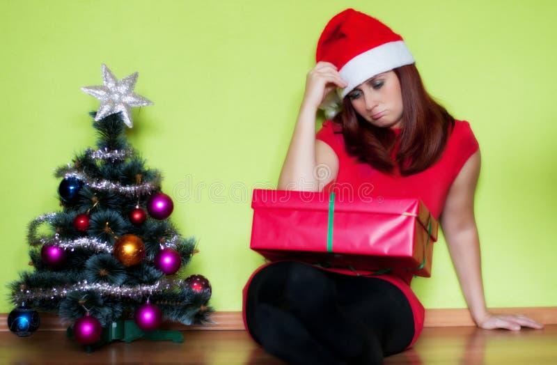 圣诞节时间的哀伤的少妇 免版税库存图片