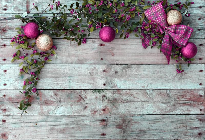 圣诞节明信片框架,贺卡,红色,金黄和白色Xmas墙纸的木背景 图库摄影