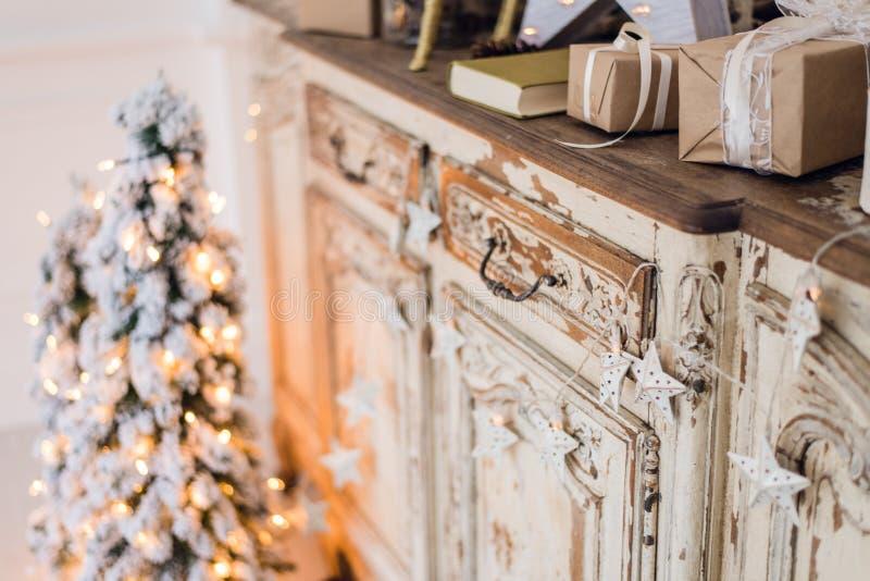 圣诞节星和其他装饰在古老洗脸台 新年好构想 免版税库存图片