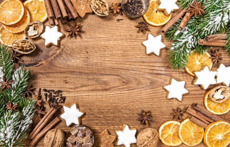 圣诞节曲奇饼和香料 假日食品成分 免版税库存图片