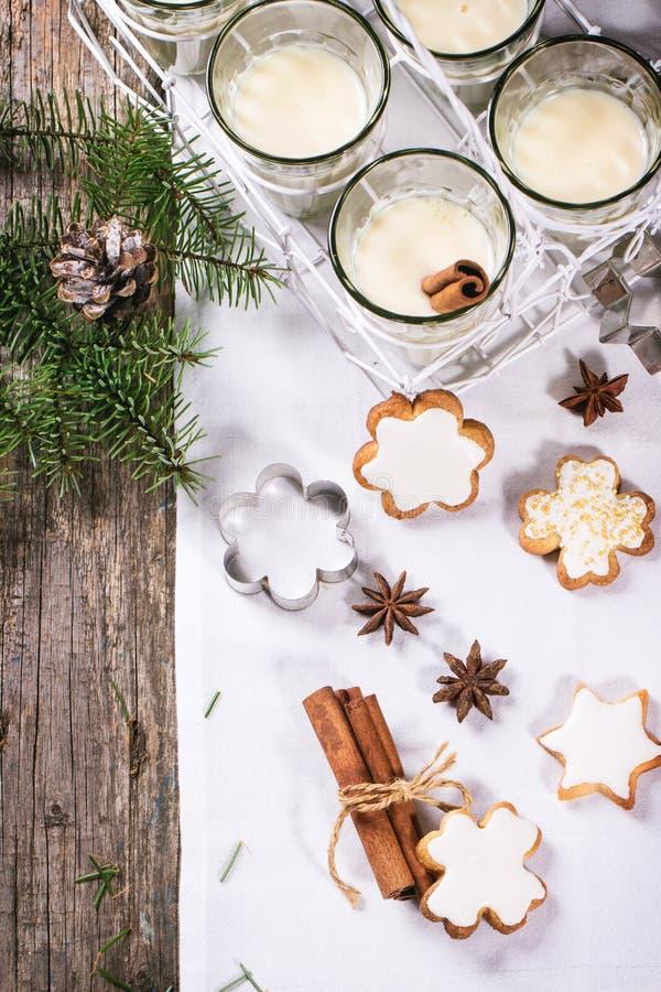 圣诞节曲奇饼和鸡尾酒 免版税库存图片