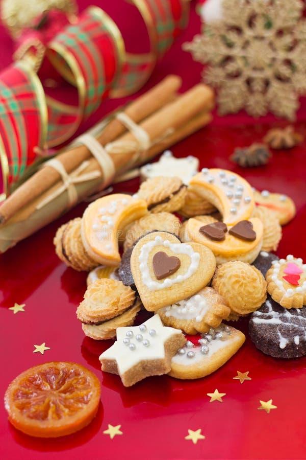 圣诞节曲奇饼在红色背景中 库存图片