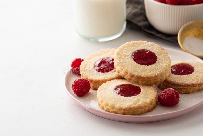 圣诞节曲奇饼查找图象查找更多我的投资组合同样系列 Linzer曲奇饼用在白色桌背景的山莓果酱 被填装的传统奥地利饼干 库存照片
