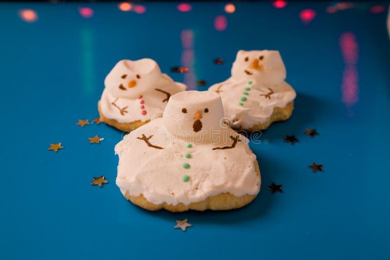 圣诞节曲奇饼熔化的雪人 库存图片