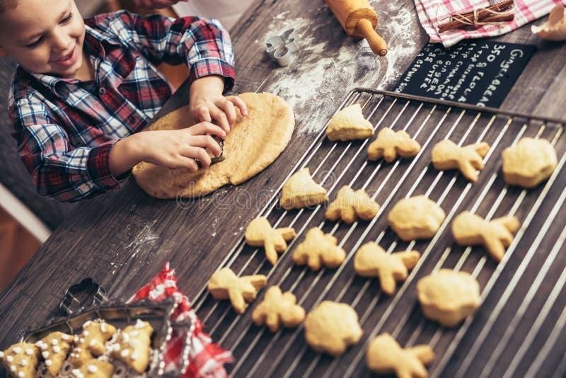圣诞节曲奇饼的儿童铺开的面团 库存图片