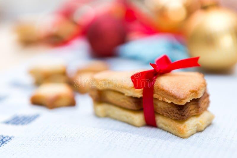圣诞节曲奇饼红色丝带 免版税图库摄影
