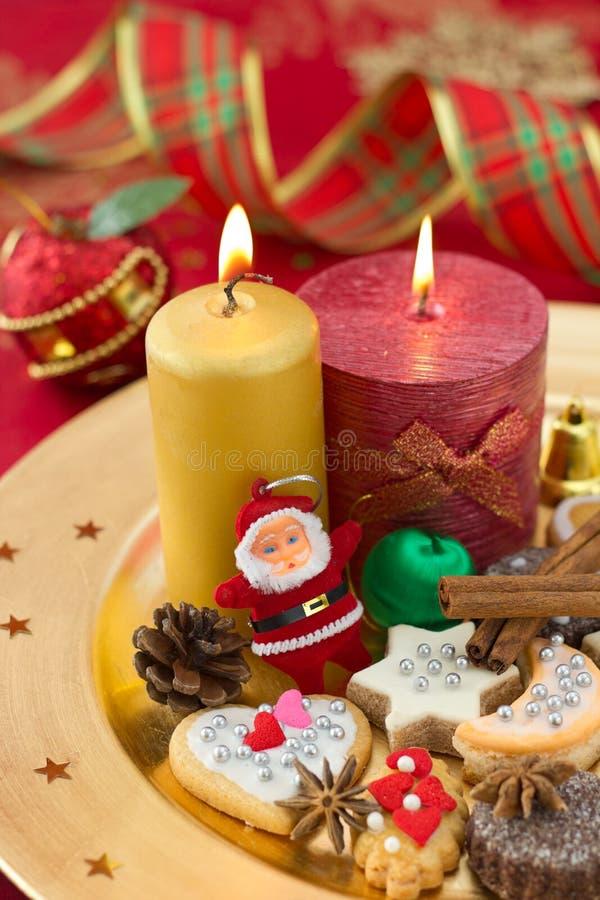 圣诞节曲奇饼详细资料与蜡烛的 免版税库存照片