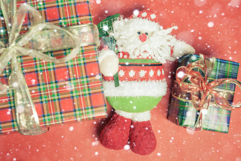 圣诞节有圣诞老人玩具的礼物盒在红色背景 免版税库存照片