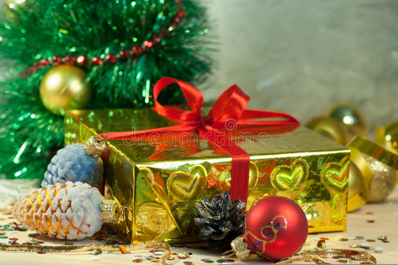 圣诞节有杉木锥体和球的礼物盒 库存照片