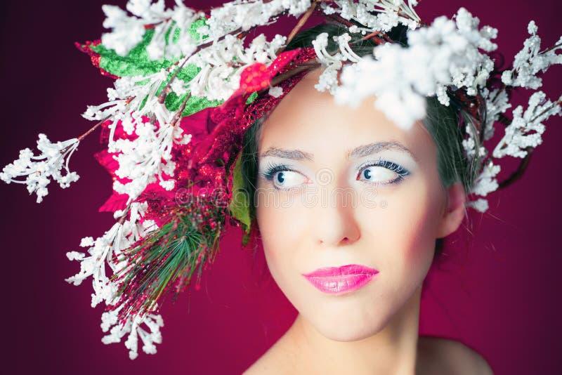 圣诞节有树发型和构成的,时装模特儿冬天妇女 免版税库存图片