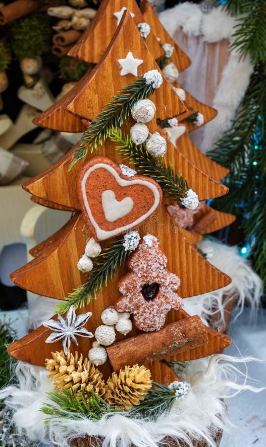 圣诞节木圣诞树与曲奇饼天 免版税库存图片