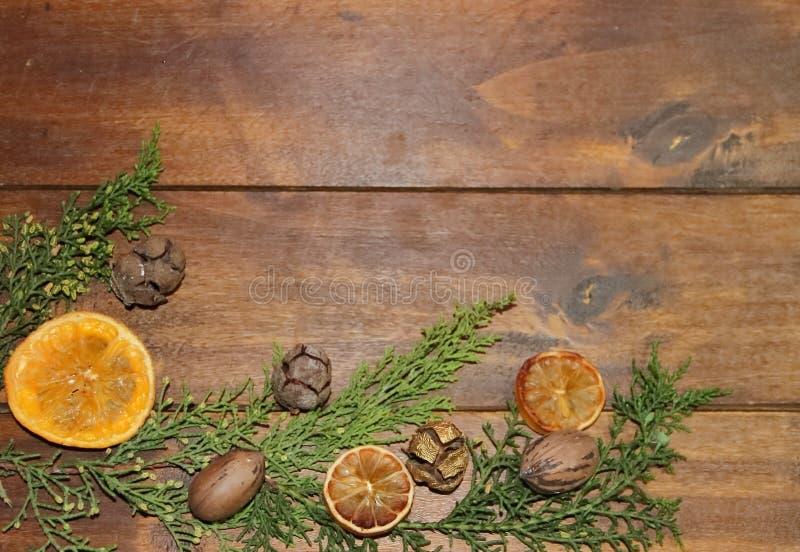 圣诞节木背景用干桔子果子和菠萝 免版税图库摄影