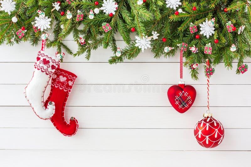 圣诞节杉树、圣诞节袜子和decorationn白色木板背景 顶视图,拷贝空间 免版税库存图片