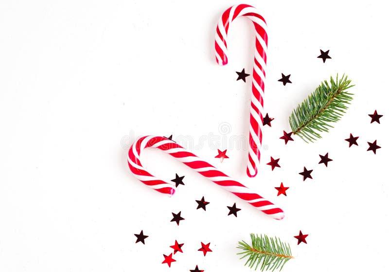 圣诞节构成用圣诞节糖果、树枝和假日装饰品在白色背景   库存图片