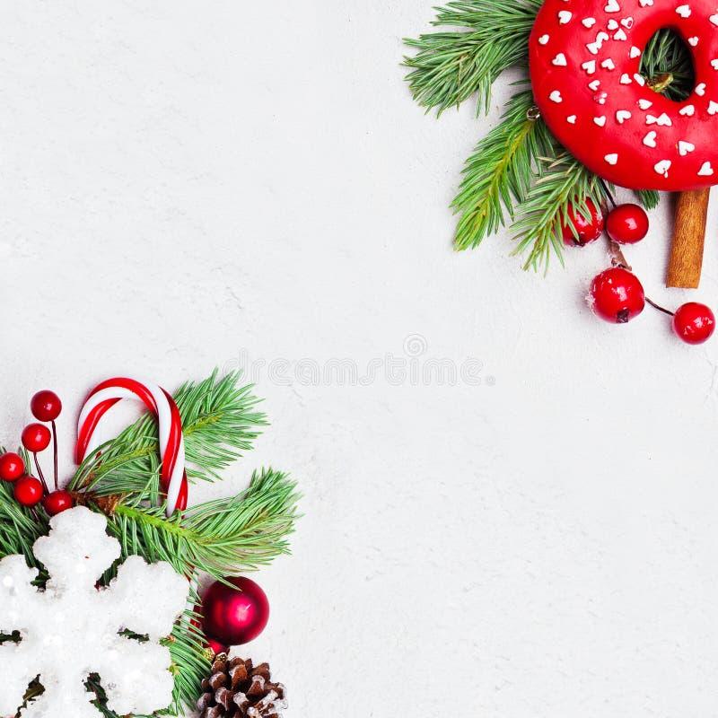 圣诞节构成用霍莉莓果、雪花和绿色冷杉分支在白色背景 Xmas舱内甲板被放置的顶视图 库存照片