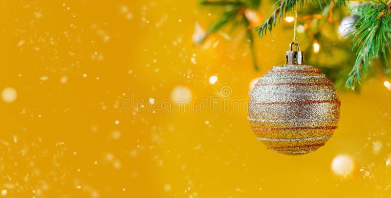 圣诞节构成装饰和诗歌选杉树分支 免版税库存照片