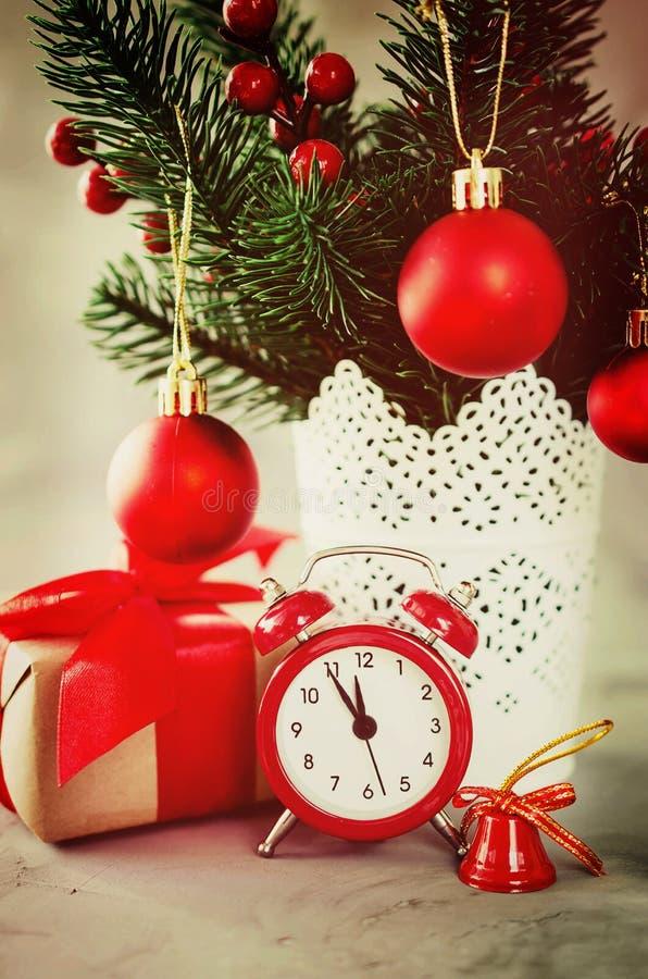 圣诞节构成:xmas冷杉分支,闹钟、礼物盒和装饰 免版税库存照片