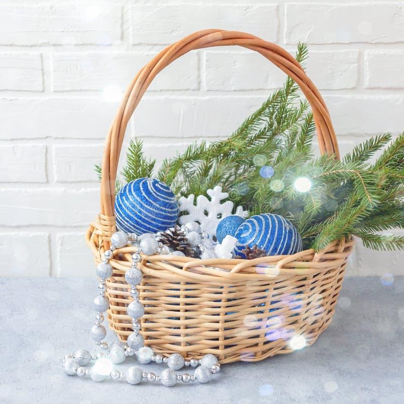 圣诞节构成-与装饰和冷杉分支的柳条筐在轻的背景 库存图片
