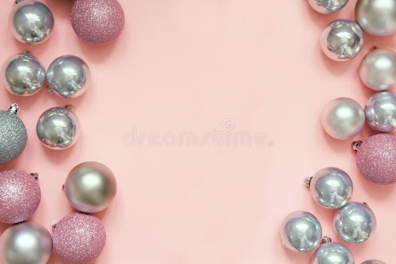圣诞节桃红色和银色中看不中用的物品作为框架在粉红彩笔背景 与空间的顶视图文本的 免版税图库摄影