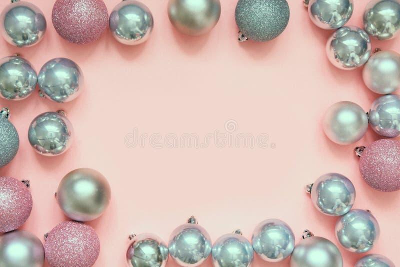圣诞节桃红色和银色中看不中用的物品作为框架在粉红彩笔背景 与空间的顶视图文本的 库存照片