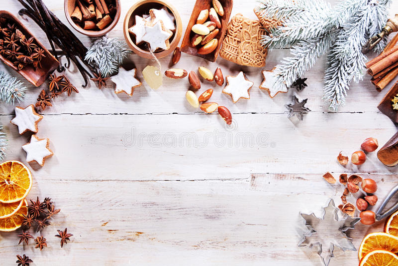圣诞节框架用香料、坚果和饼干 免版税库存照片