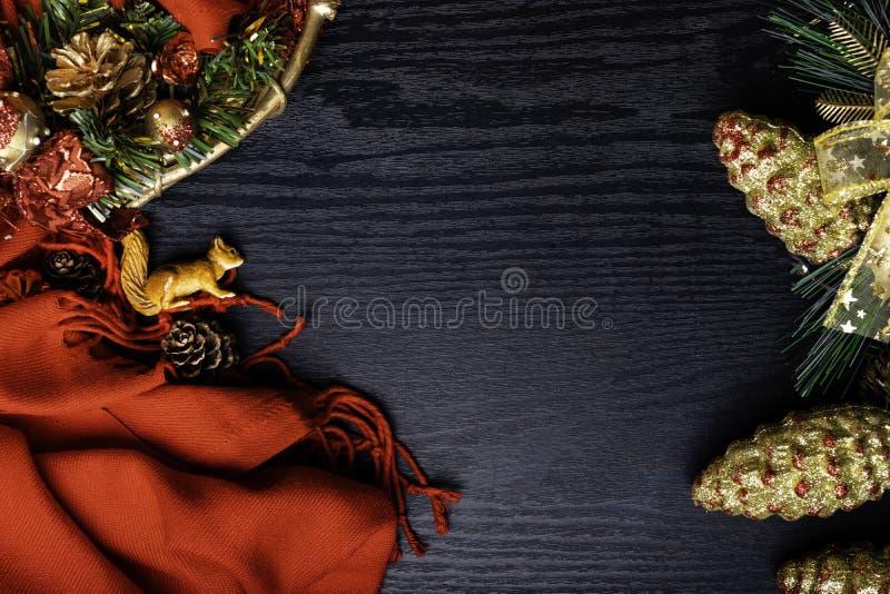 圣诞节框架,红色围巾,花圈,灰鼠,爆沸,在木背景 传统土气装饰新年假日 平的位置 免版税图库摄影