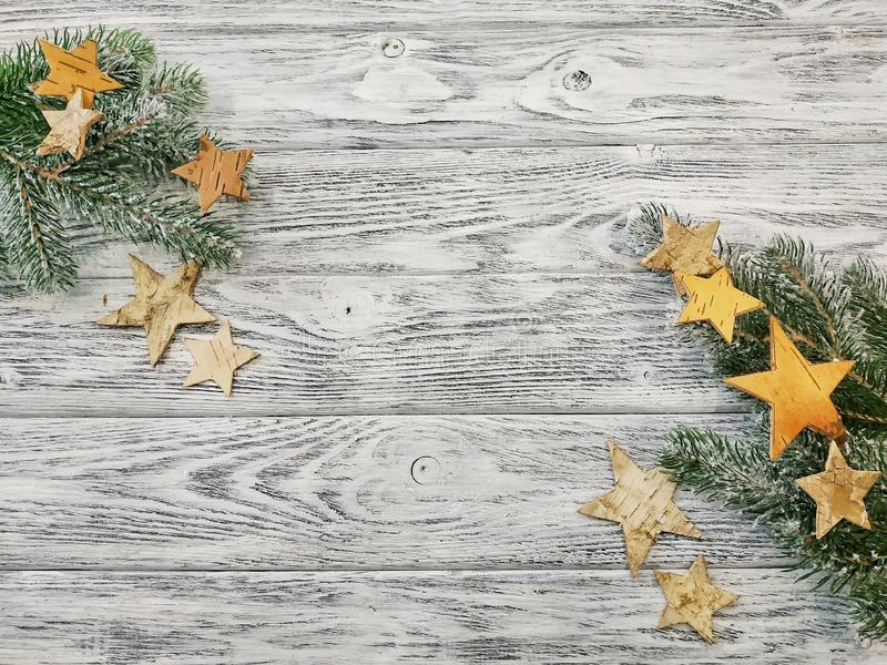 圣诞节框架-杉木分支和星在木背景 免版税图库摄影