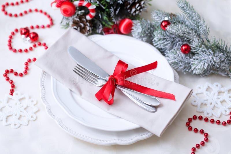 圣诞节桌在红色和白色的餐位餐具 免版税库存图片