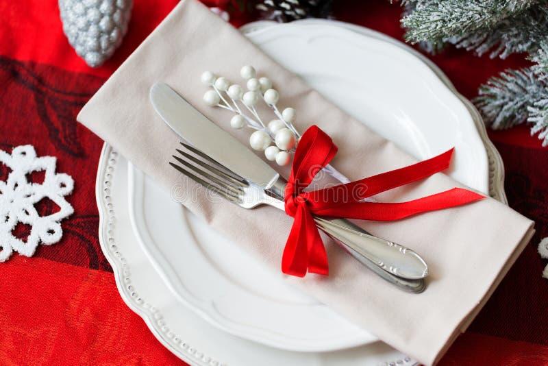 圣诞节桌在红色和白色的餐位餐具 免版税库存照片