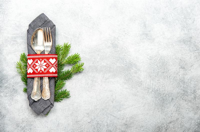 圣诞节桌装饰松树早午餐灰色背景.图片