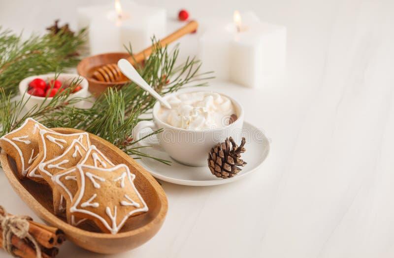 圣诞节桌设置用姜曲奇饼和可可粉 圣诞节 免版税图库摄影