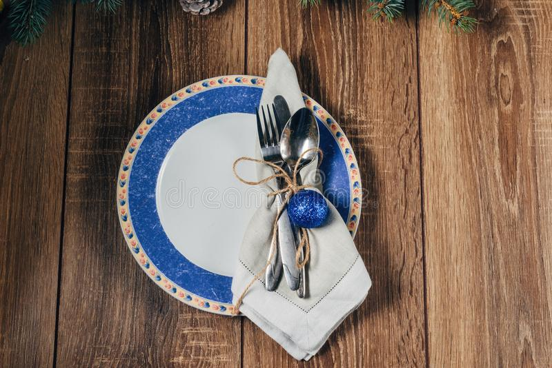 圣诞节桌,服务在蓝色口气 库存照片