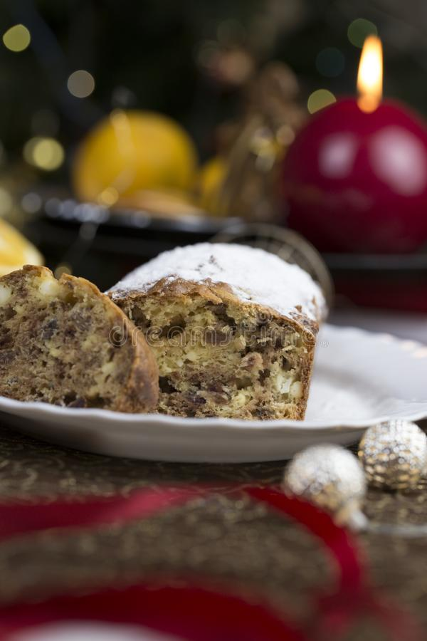圣诞节概念 与圣诞节装饰的自创圣诞节蛋糕 图库摄影