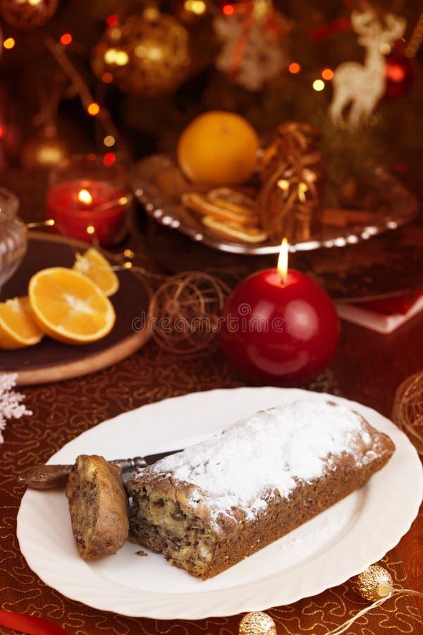 圣诞节概念 与圣诞节装饰的自创圣诞节蛋糕 免版税库存照片