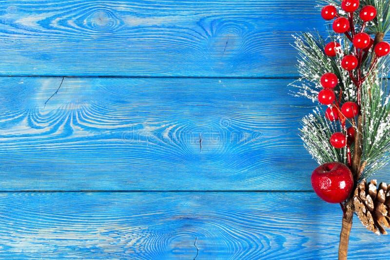 圣诞节概念 圣诞节与装饰的杉树在土气葡萄酒板 杉木分支 冷杉球果 在木头的雪 Xmas和Ha 免版税图库摄影
