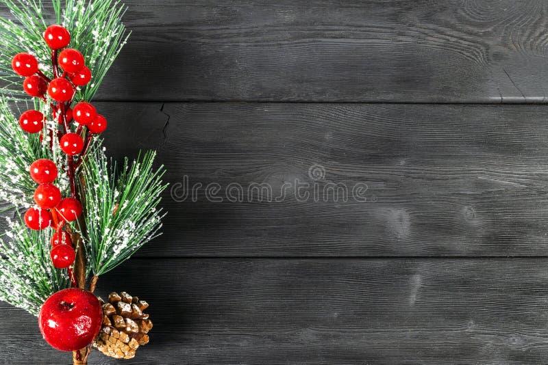 圣诞节概念 圣诞节与装饰的杉树在土气葡萄酒板 杉木分支 冷杉球果 在木头的雪 Xmas和Ha 库存图片