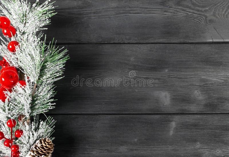 圣诞节概念 圣诞节与装饰的杉树在土气葡萄酒板 杉木分支 冷杉球果 在木头的雪 Xmas和Ha 库存照片
