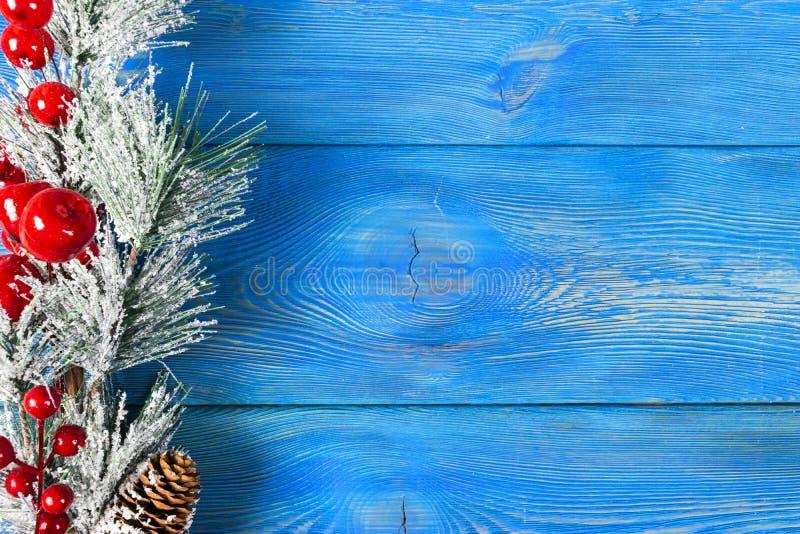 圣诞节概念 圣诞节与装饰的杉树在土气葡萄酒板 杉木分支 冷杉球果 在木头的雪 Xmas和Ha 图库摄影