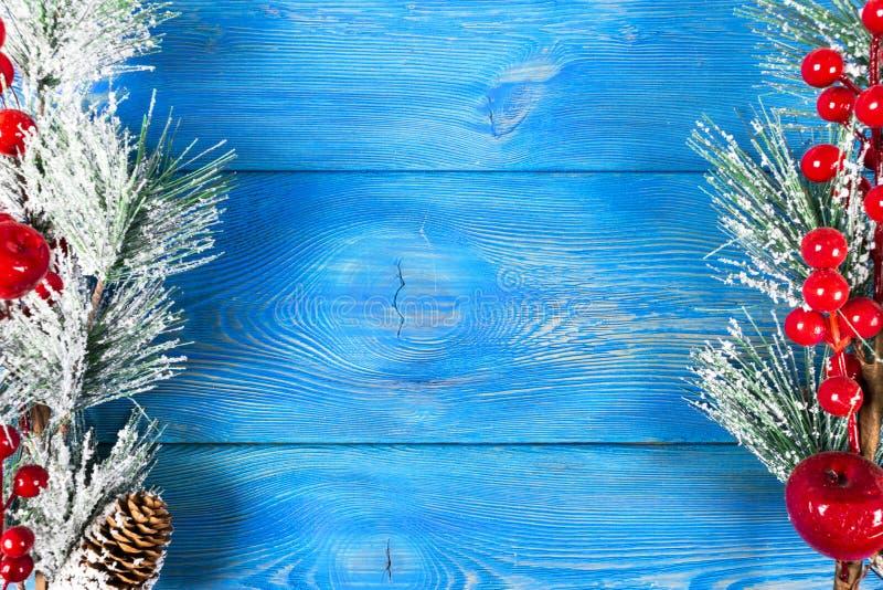 圣诞节概念 圣诞节与装饰的杉树在土气葡萄酒板 杉木分支 冷杉球果 在木头的雪 Xmas和Ha 免版税库存图片