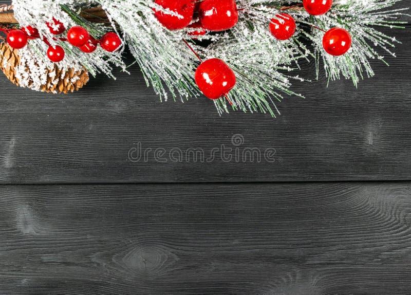 圣诞节概念 圣诞节与装饰的杉树在土气葡萄酒板 杉木分支 冷杉球果 在木头的雪 Xmas和Ha 免版税库存照片