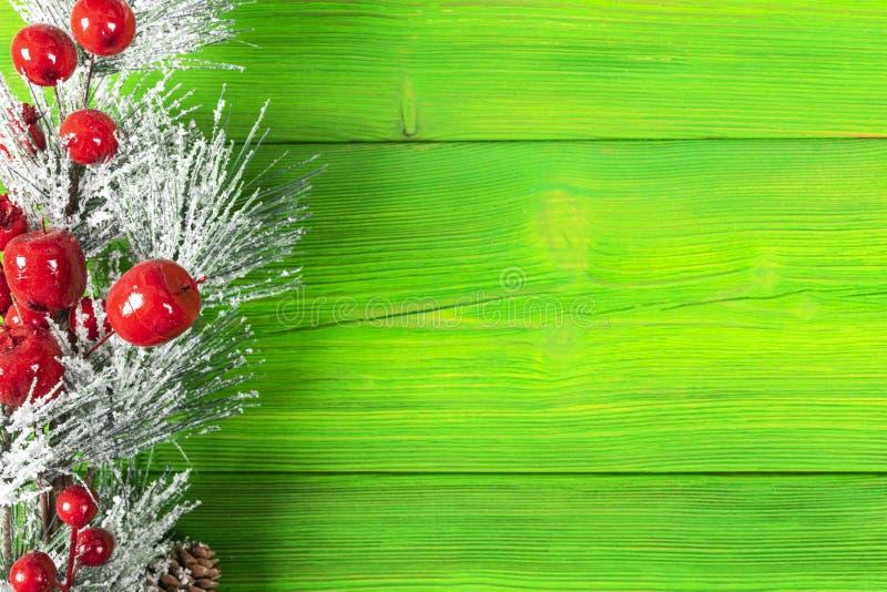 圣诞节概念 圣诞节与装饰的杉树在土气葡萄酒板 杉木分支 背景锥体冷杉查出的白色 在木头的雪 Xmas和机会 库存图片