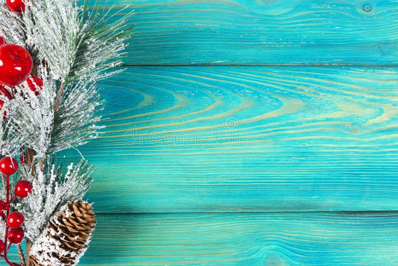 圣诞节概念 圣诞节与装饰的杉树在土气葡萄酒板 杉木分支 背景锥体冷杉查出的白色 在木头的雪 Xmas和机会 免版税库存图片