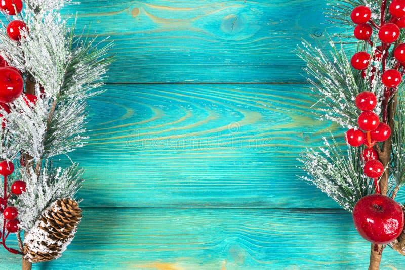 圣诞节概念 圣诞节与装饰的杉树在土气葡萄酒板 杉木分支 背景锥体冷杉查出的白色 在木头的雪 Xmas和机会 库存照片