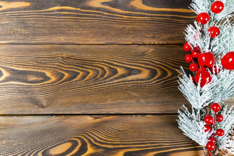 圣诞节概念 圣诞节与装饰的杉树在土气葡萄酒板 杉木分支 背景锥体冷杉查出的白色 在木头的雪 Xmas和机会 免版税库存照片